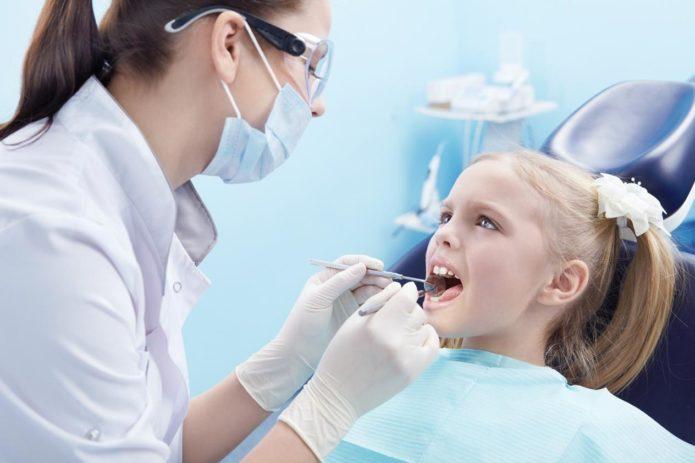 दंत चिकित्सक पर बच्चा