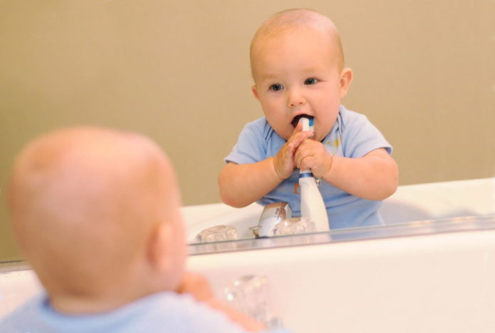 बच्चा दांत साफ करता है