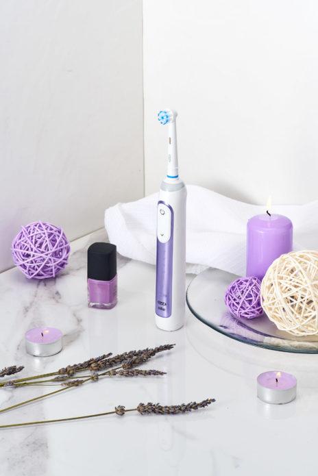 एक मोमबत्ती के बगल में टूथब्रश